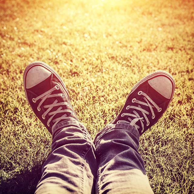 Person entspannt in der Sonne