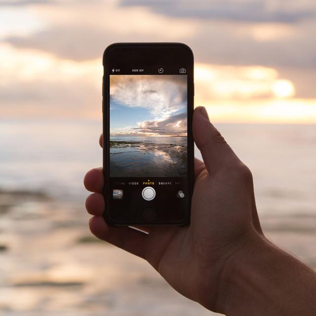 Landschaft durchs Smartphone betrachtet