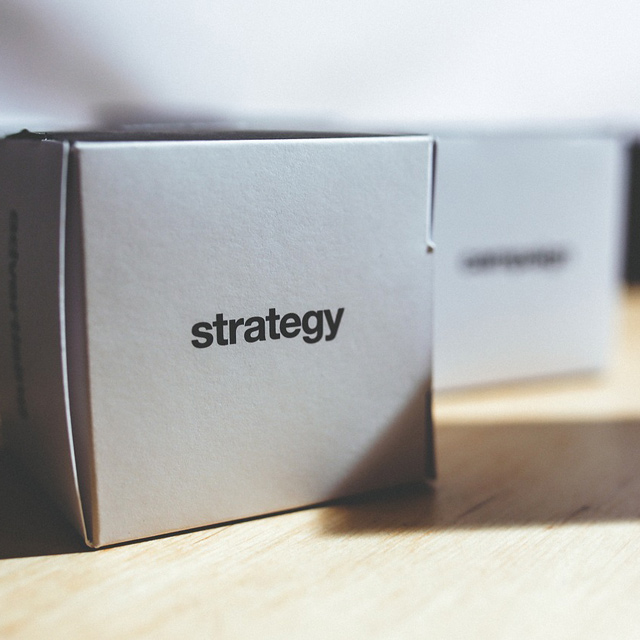 """Kartonwürfel mit Aufdruck """"Strategie"""""""