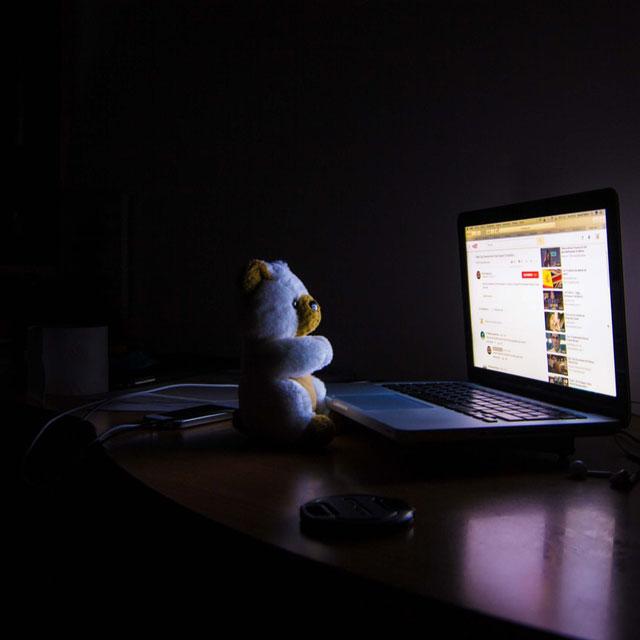 Einfluss von Influencer auf die Community. Teddybär vor Bildschrim.