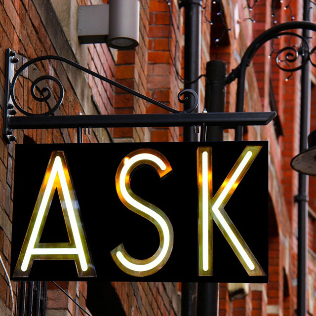 "Schild mit Aufdruck ""Ask"" Motiv zum Blogbeitrag Conversion-Tracking"