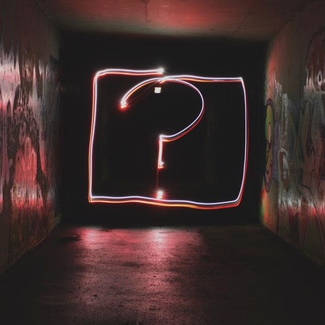 Fragzeichen im Neonlicht: Warum sind Evaluationen so wichtig?