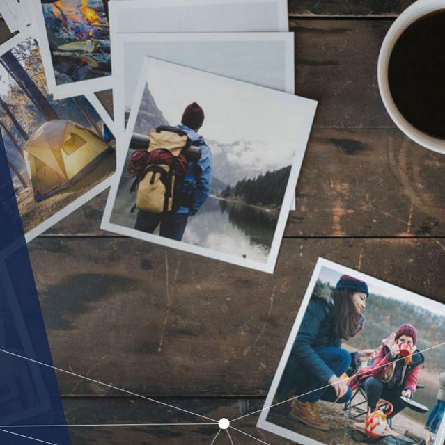 Polaroidfotos auf einem Tisch