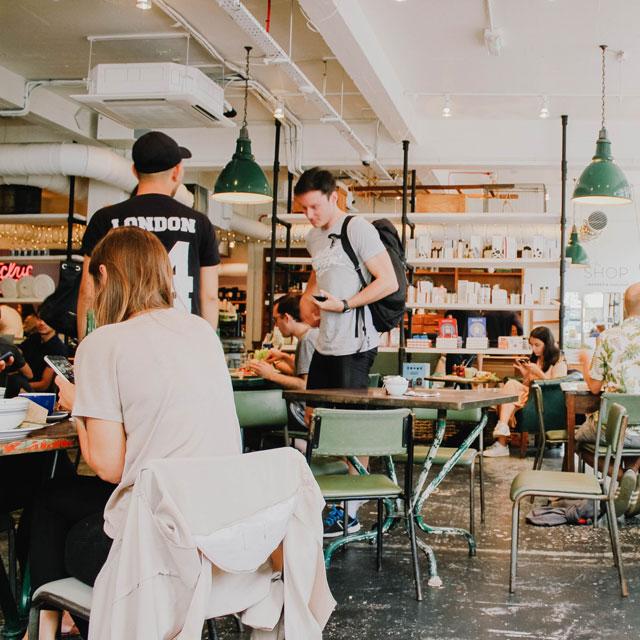 Cafeteria mit Studierenden